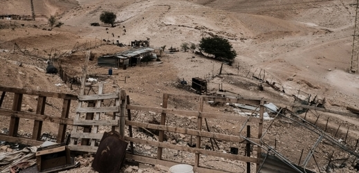Beduinská osada Chán al-Achmar.