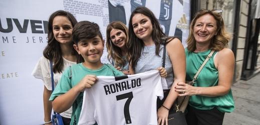 Fanoušci začala nakupovat dres Cristiana Ronalda v Juventusu Turín.