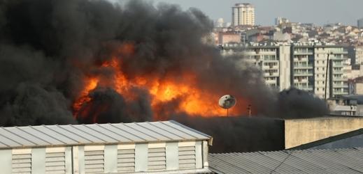 Oheň na střeše továrny, ilustrační fotografie.