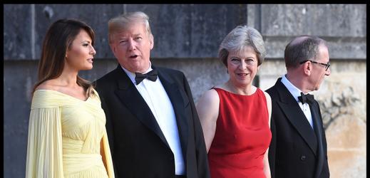 Zleva Melania a Donald Trumpovi a Theresa Mayová s manželem Philipem.