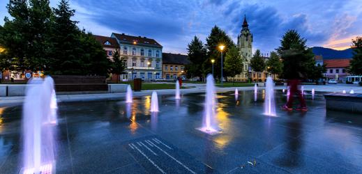 Fontána vznikla podle architektonického návrhu Michaela Whitea a nahradila dva betonové bloky.