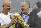 Šťastný Didier Deschamps s pohárem pro mistry světa