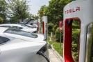 Tesla se potýká s poklesem akcií.