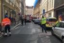 Hasičům se podařilo vyprostit ze zřícené budovy zatím tři lidi.
