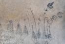 Odkryté kresby uhlem na stěně klenotnice.