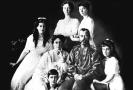 Ruská carská rodina. Zleva odspoda: Alexej, Maria, carevna Alexandra Fjodorovovna, car Mikuláš, Anastazia, Olga Taťána