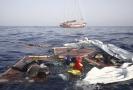 Záchranáři vyzvedávají těla z trosek lodě.
