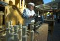 Alois Doležal předvádí výrobu dřevěných hraček na soustruhu.