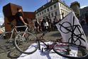 Recesistický happening odpůrců nové vyhlášky, která omezuje jízdu cyklistů v centru Prahy.