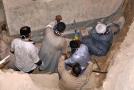 Proces odhalování obsahu hrobky.