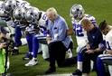 Hráči Amerického fotbalu protestující během hymny.