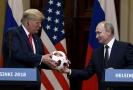 Vladimir Putin daroval v Helsinkách Donaldu Trumpovi fotbalový míč.