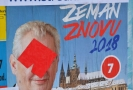 Samolepka rudých trenýrek na volebním plakátu Miloše Zemana.