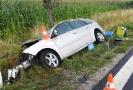 Jedno z aut skončilo po nárazu v příkopu.