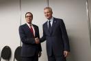 Americký ministr financí Steven Mnuchin (vlevo) si třese rukou se svým francouzským protějškem Brunem Le Mairem.