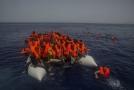 Přeplněný člun s uprchlíky (ilustrační foto).