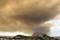 Dým z požáru západně od Atén zakryl oblohu až nad Akropolí.