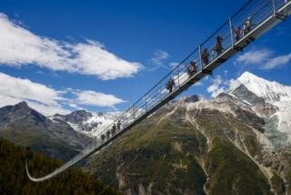 Nejdelší visutý most pro pěší na světě uvedli před rokem, 29. července 2017, do provozu v Alpách na jihu Švýcarska.