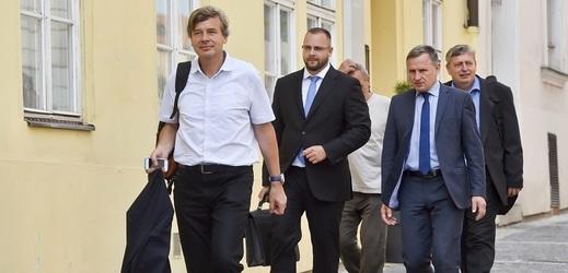 Zástupci bytového družstva Svatopluk přicházejí na jednání s konkurzním správcem H-Systemu Josefem Monsportem.