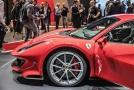 Ferrari 488 Pista s osmiválcem se 720 koňmi na autosalonu v Ženevě.