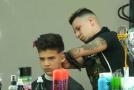 Argentinský holič, který nemá ruce, patří k nejlepším ve svém oboru.