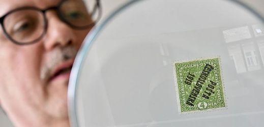 Nejvzácnější československá známka, původně rakousko-uherská světlezelená známka na žilkovaném papíře s obráceným přetiskem Pošta československá 1919 v hodnotě čtyř korun.