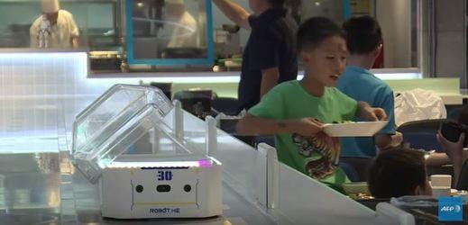 V Číně obsluhují v restauraci roboti.