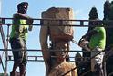 Afričtí řezbáři vytváří sochy ve zlínské zoo už popáté.