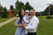 Krásná Alex Mynářová tráví léto s rodinou na venkově