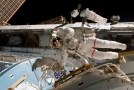 Americký astronaut Rex Walheim při výstupu do otevřeného vesmíru.