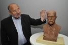 Miloslav Drápela, jednatel společnosti MCAE zabývající se 3D technologií, s bustou prvního československého prezidenta Tomáše Garrigua Masaryka.