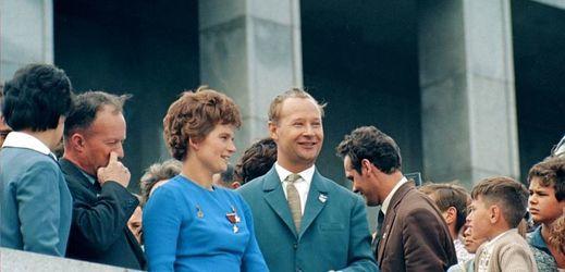 Sovětská kosmonautka a první žena ve vesmíru Valentina Těreškovová společně s prvním tajemníkem ÚV KSS Alexanderem Dubčekem, Bratislava, 1963.
