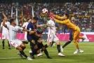 Tomáš Vaclík (ve žlutém) v zápase jeho Sevilly proti Barceloně.