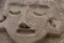 Reliéf, který objevili v archeologické lokalitě Caral (asi 200 kilometrů severně od Limy), tvoří čtyři lidské hlavy se zavřenýma očima a dva hadi.