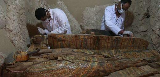 Egyptští archeologové u sarkofágu nalezeného na pohřebišti Draa Abul Nagaa, Luxor.