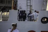 Loď už dva dny čeká v moři. Veze téměř dvě stovky migrantů