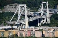 Hasiči přerušili práce pod zříceným mostem. Zaslechli skřípání