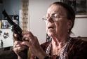Iva Janžurová se v 77 letech učí střílet.