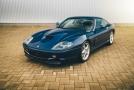 Sběratelsky atraktivní Ferrari 550 Maranello s motorem V12 5.5 litru ve spojení s manuální převodovkou, výkon 485 koní a toč. moment 569 Nm, zrychlení 0-100 za 4.4s a max. rychlost 320km/h. Velmi zřídka vídaná barevná kombinace: modrá metalíza Tour de France Blue   interiér čalouněný šedou kůží   koberce v modré barvě. Tento vůz byl jako nový prodán v roce 1998 v Itálii, velmi nízký nájezd. K vozu je kompletní palubní dokumentace, originální ochranná plachta, originální sada nářadí a servisní kniha dokládající servisní historii. V srpnu 2017 proběhla servisní prohlídka při 34 432 km ve specializovaném Ferrari servisu, při níž vůz dostal nové rozvody.