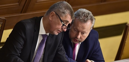 Premiér Andrej Babiš a místopředseda vlády Richard Brabec (oba ANO) debatují na plénu Poslanecké sněmovny.