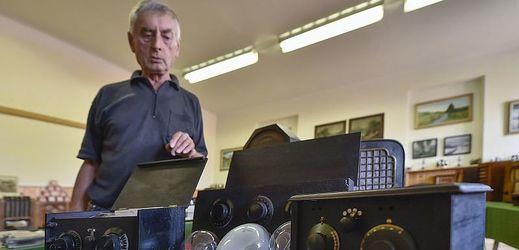 Sběratel Jaroslav Jirásek ukazuje historické rozhlasové přijímače.