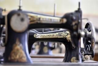Na snímku jsou staré šicí stroje.