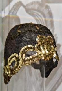 Bohatě zdobené modely doplňují střevíčky a klobouky.