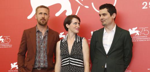 Delegace filmu První muž. Zleva, herec Ryan Gosling, herečka Claire Foy a režisér Damien Chazelle.