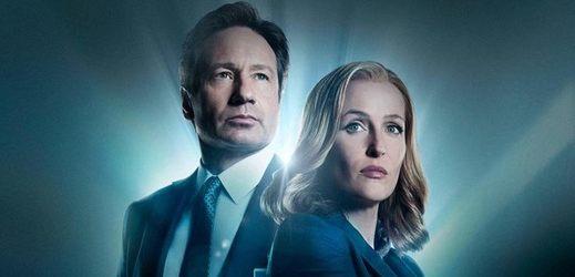 Agent Mulder a agentka Scullyová ze seriálu Akta-X.