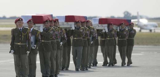 Ostatky zahynulých vojáků z Afghánistánu na pražském letišti.