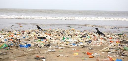 Znečištěná pláž plastovým odpadem, Mumbai, Indie.