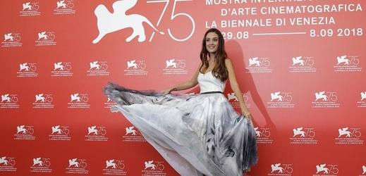 Herečka Martina Gusmanová na filmovém festivalu v Benátkách.