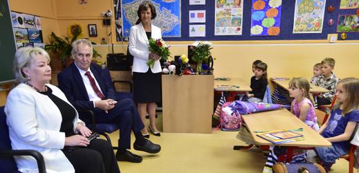 Zeman navštívil prvňáčky, popřál jim, ať se naučí brzy číst.