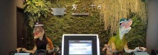 Recepční v tokijském hotelu Henn.
